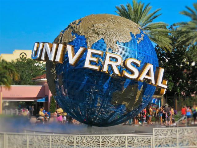 Universal Studios programa reabertura