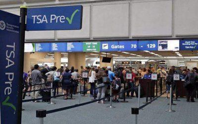 O governador DeSantis incentiva turistas a virem para a Flórida em aviões