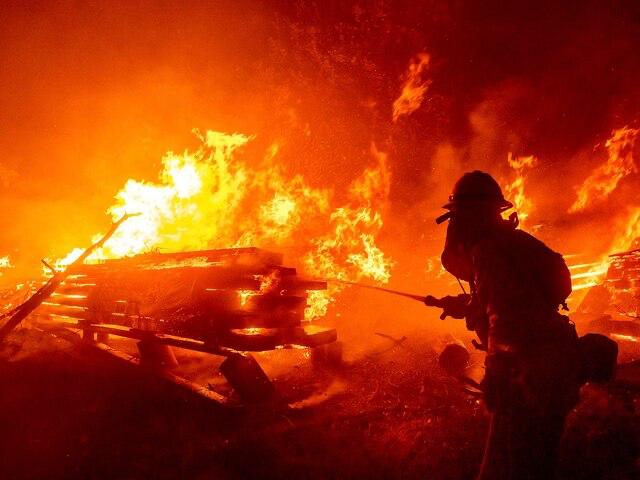 Bombeiros mexicanos chegam à Califórnia para ajudar a combater incêndios