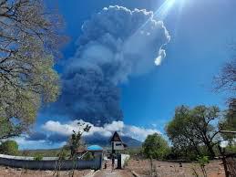 Erupção de vulcão na Indonésia obriga retirada de 4.400 habitantes