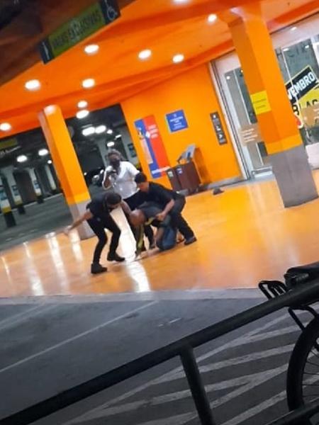 João Alberto e sufofocado ate a morte  pelos segurancas do supermercado carrefour em Porto Alegre Brasil