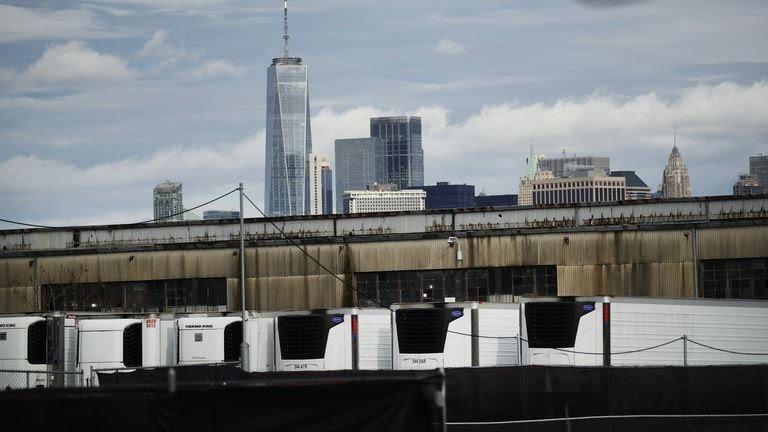 Centenas de vítimas de COVID estão em caminhões refrigerados em Nova York meses após a morte