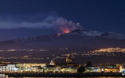 Vulcão Etna entra em erupção na Itália; confira as impressionantes imagens