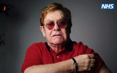 Elton John e Michael Caine gravam vídeo incentivando vacina: assista