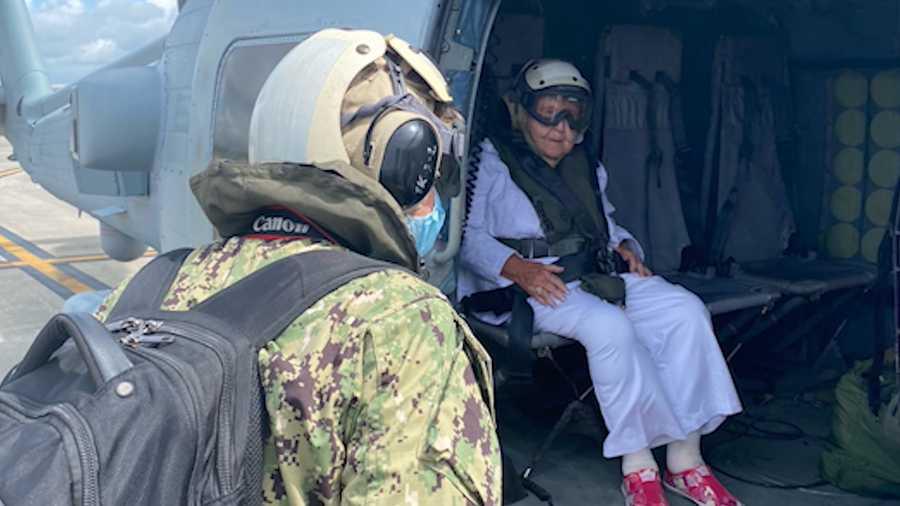 Um desejo para toda a vida veterana americana com 100 anos de idade consegue uma carona em um helicóptero da Marinha