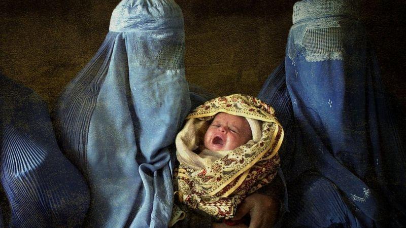 Lanterna do celular e 43°C: como é dar à luz sob Talebã
