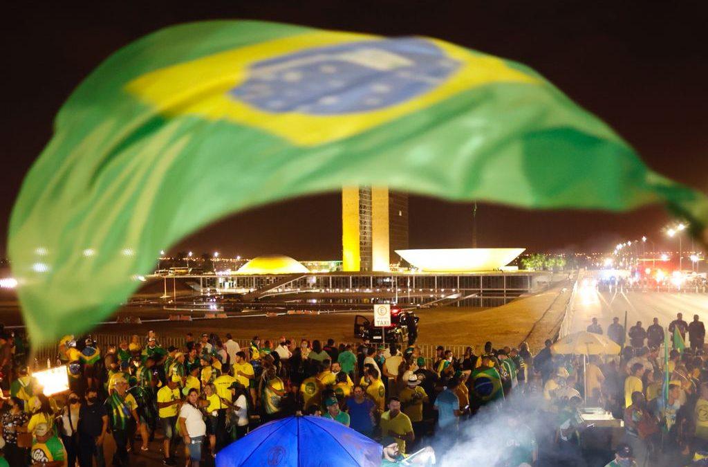 Caravanas de todos os estados chegam à Brasília para a manifestação a favor da democracia.