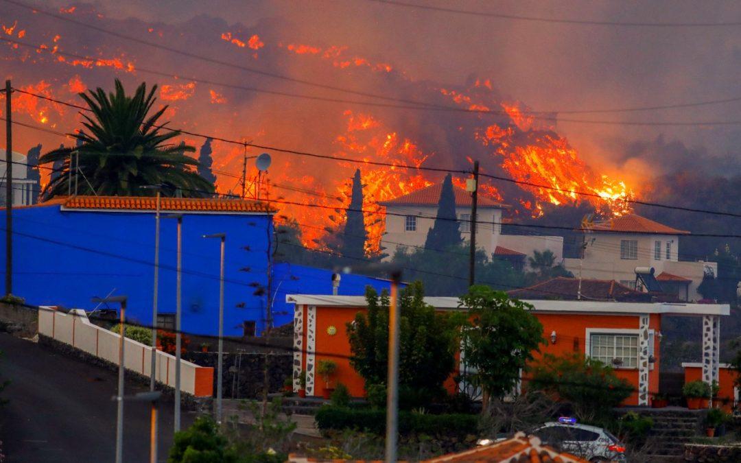 O avanço da lava do vulcão nas Ilhas Canárias